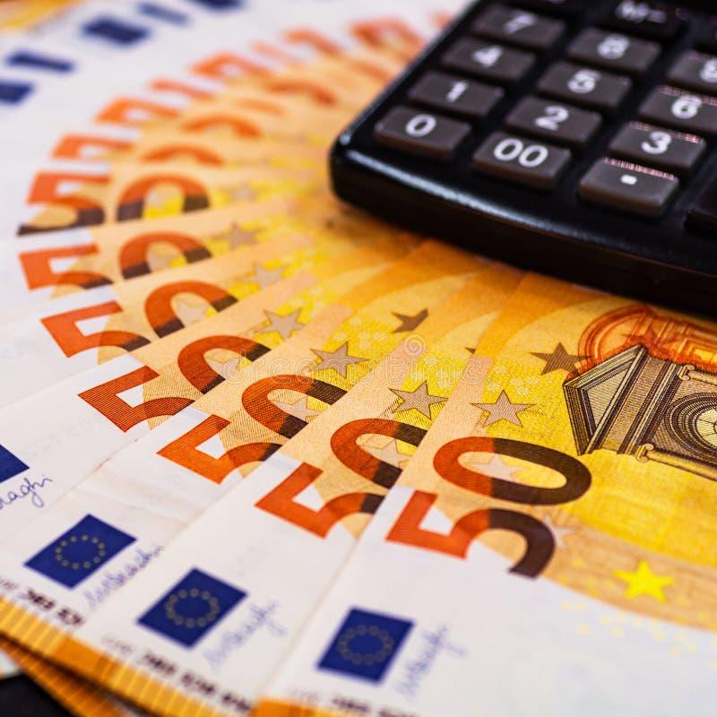 Geld des Euro-50 Eurobargeldhintergrund Viele Eurogeld auf dem Taschenrechner Banknotenhintergrund von Euros von Europa, EUR-Währ lizenzfreies stockbild