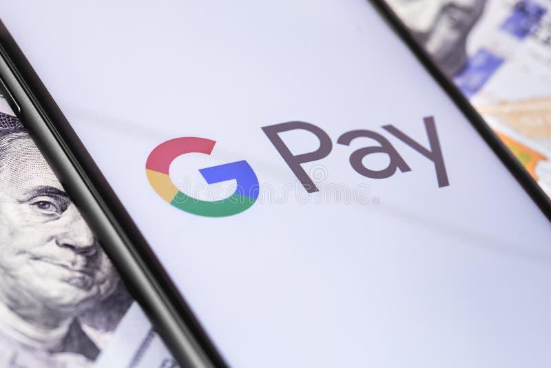 Geld, Dollar und Smartphone mit Google-Lohnlogo auf dem Schirm lizenzfreie stockfotografie