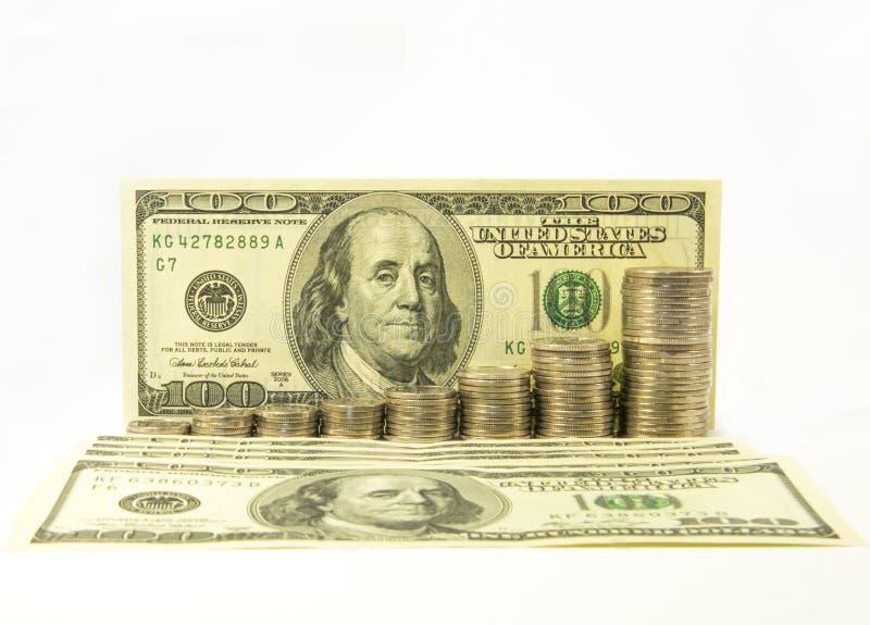 Geld Dollars en stapel muntstukken op witte achtergrond Het geldconcept van de besparing Groeiende zaken Vertrouwen in de toekoms royalty-vrije stock afbeeldingen