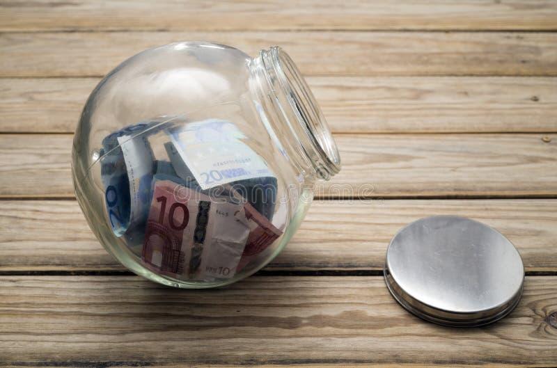 Geld in einem Glas lizenzfreies stockfoto