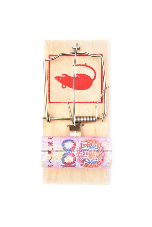 Geld in einem Mousetrap lizenzfreies stockbild