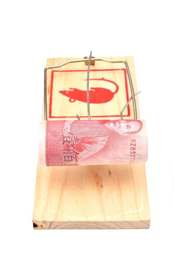 Geld in einem Mousetrap stockfotos