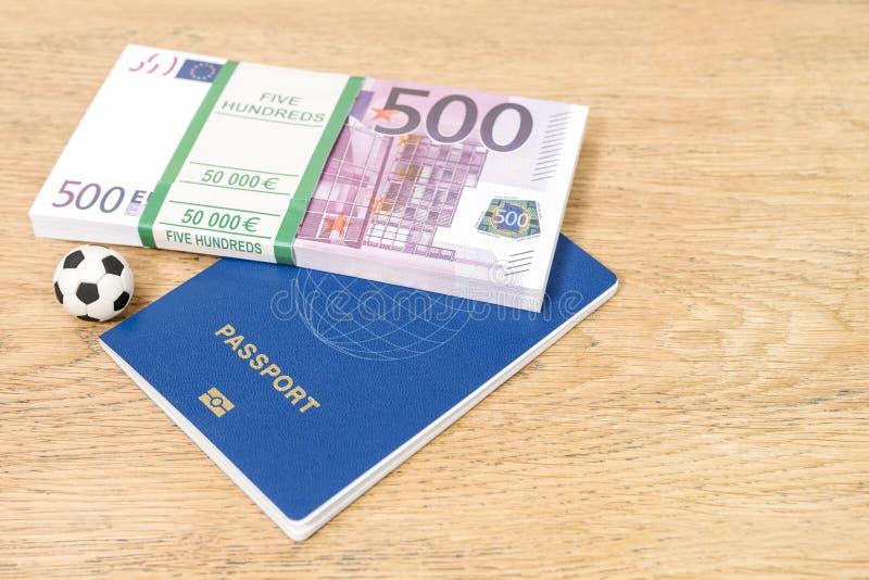 Geld en bal met een biometrisch paspoort royalty-vrije stock fotografie