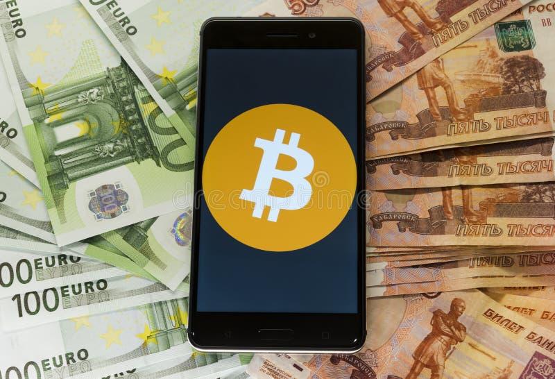 Geld en bitcon in een envelop stock afbeeldingen