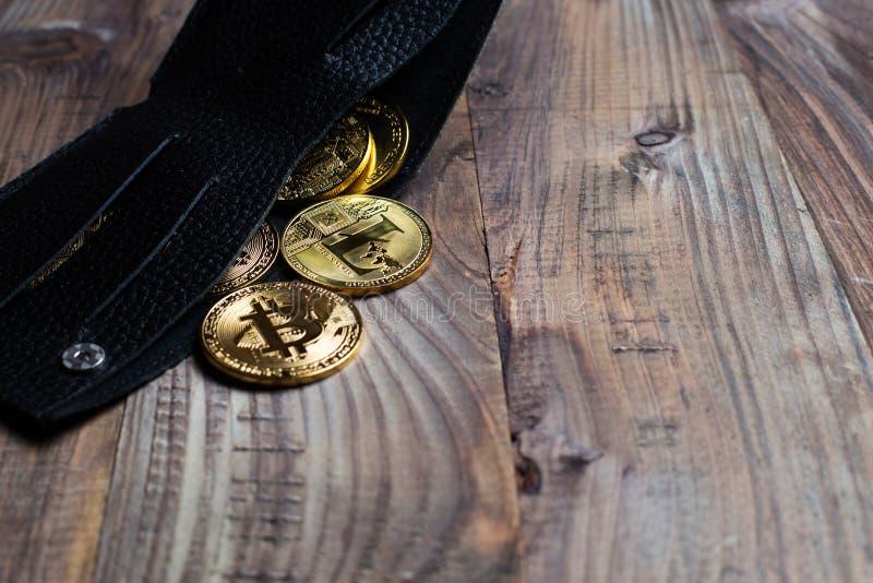 Geld en crypto-Munt in de fysieke beurs Het concept virtueel geld in de portefeuille Op een houten lijst royalty-vrije stock foto