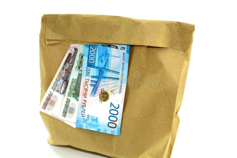 Geld en document gewoon pakket met producten op witte achtergrond stock afbeeldingen