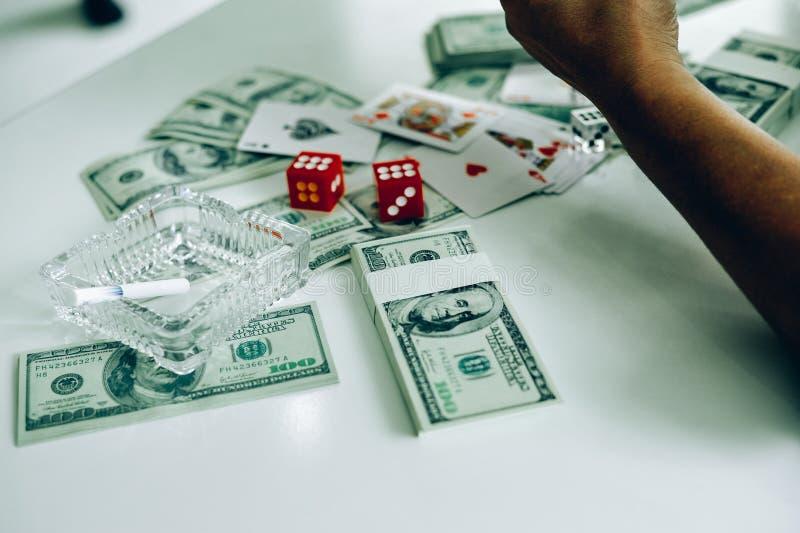 Geld en handen van een jonge zakenman Succes in de zaken stock fotografie