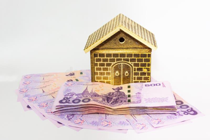 Geld en huis stock afbeeldingen