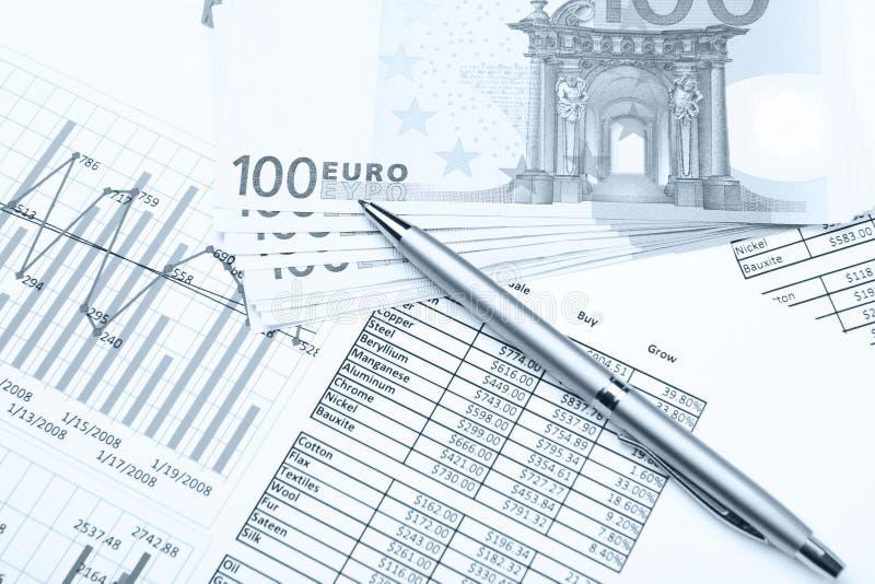 Geld en pen op financiële documenten stock fotografie