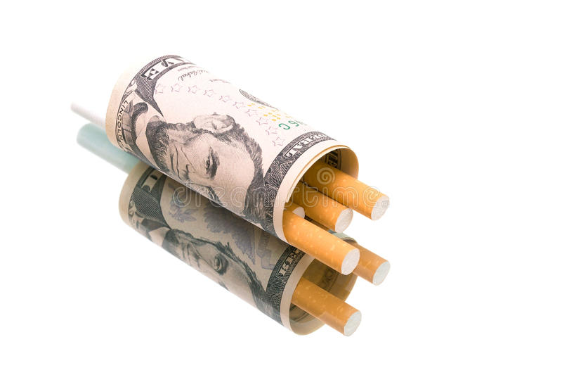 Geld en sigaretten op een witte achtergrond met bezinning stock afbeelding