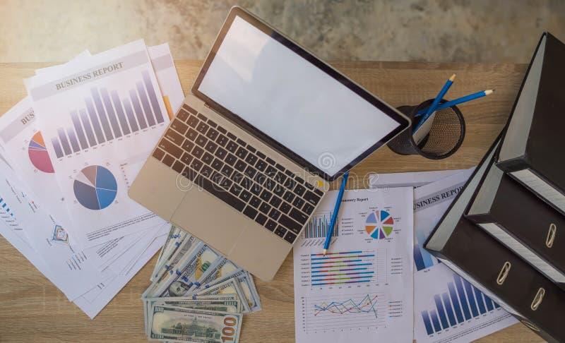 Geld erwarb von der Investition, die Geschäftsfrau, die Finanzen tut und analysiert über Kosten zur Immobilieninvestition und in  lizenzfreie stockfotos