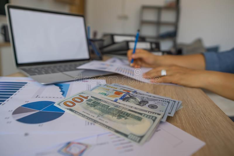 Geld erwarb von der Investition, die Geschäftsfrau, die Finanzen tut und analysiert über Kosten zur Immobilieninvestition und in  lizenzfreies stockbild