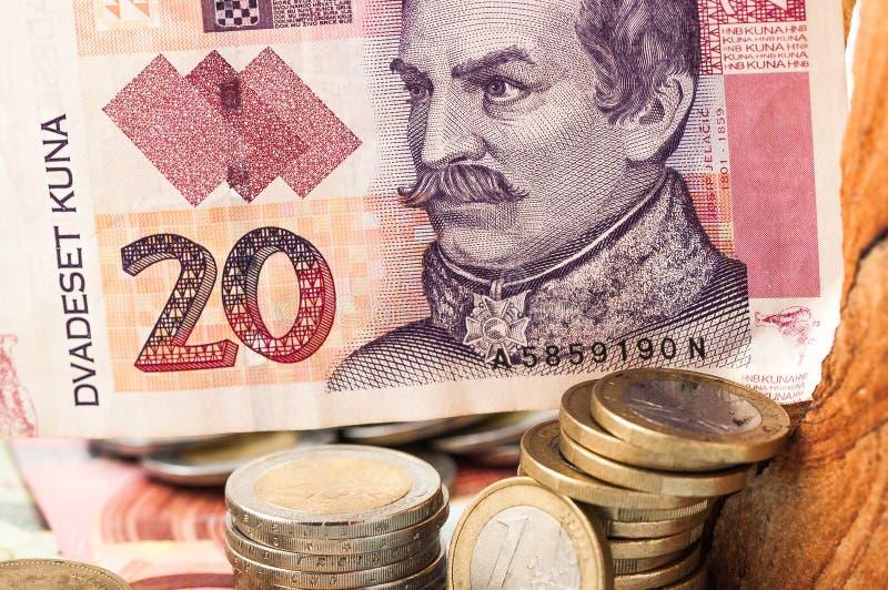 Geld-Euro 20 Kuna Bill und Münzen stockbild