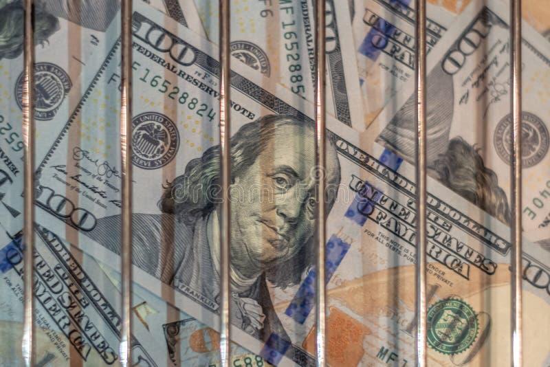 Geld hinter Gittern im Gefängnis Das Konzept des Verbrechens verbunden mit Geld stock abbildung