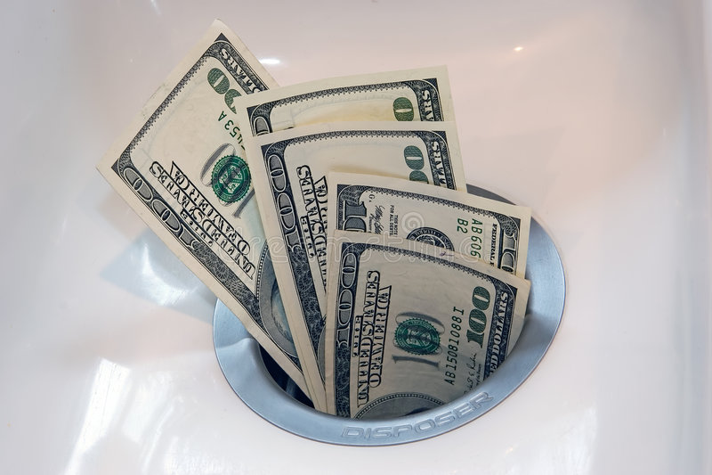 Geld hinunter den Ablaß stockfotografie