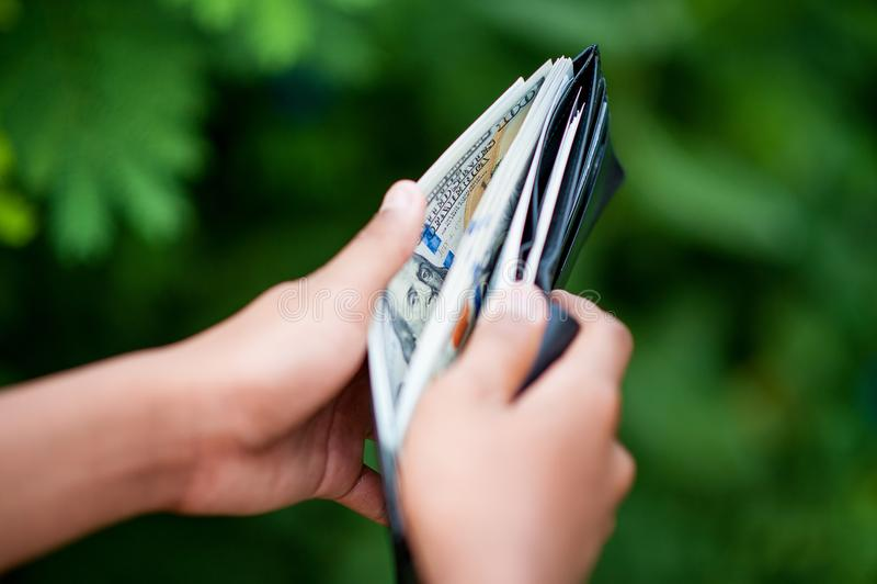 Geld im erfolgreichen Geschäftsmann And des Geldbeutels dort ist ein Kopienraum stockbild