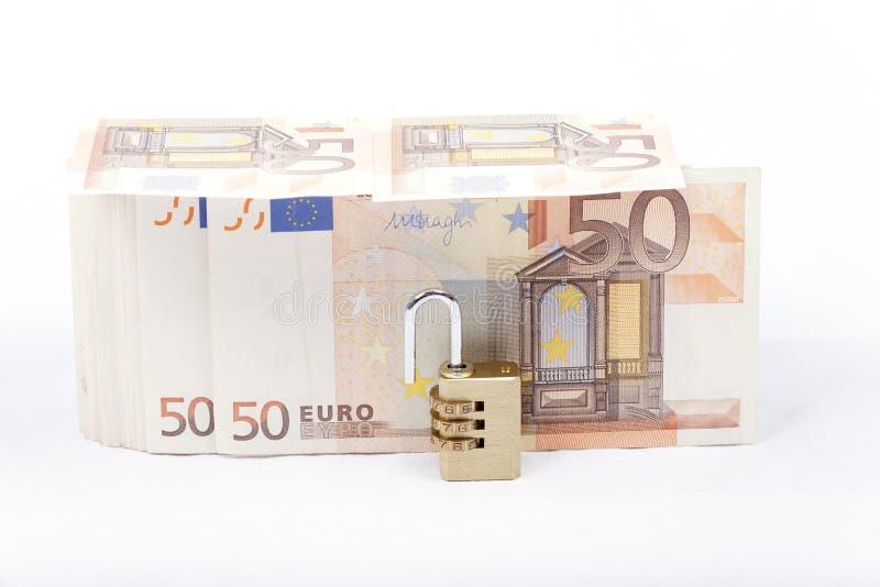 Geld met hangslot op witte achtergrond wordt geïsoleerd die royalty-vrije stock foto