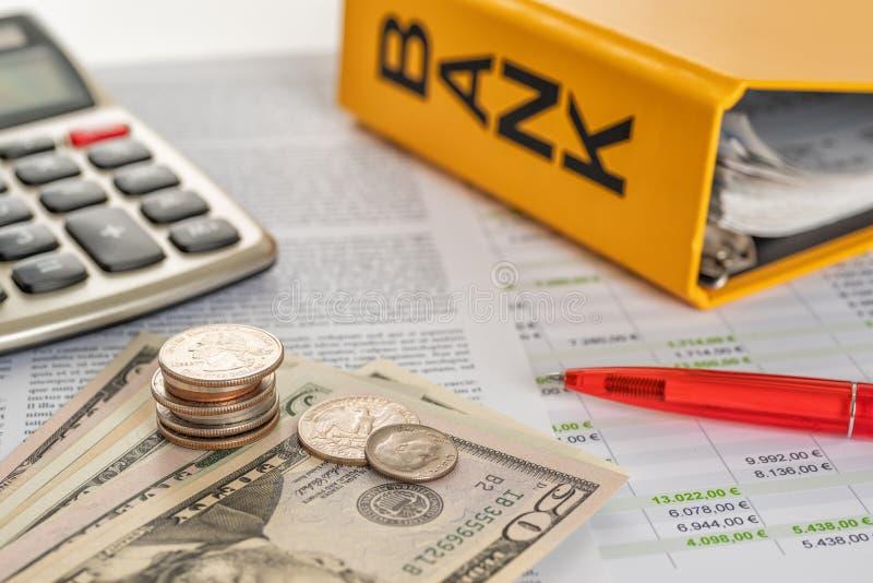 Geld mit Taschenrechner und Kontoauszügen stockfoto