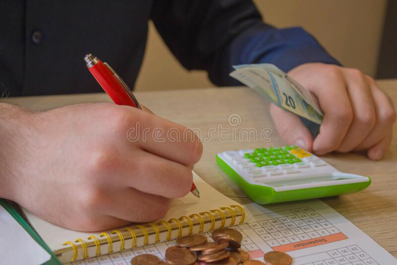 Geld mit unterzeichneten Papieren in der Nähe Zusammenfassung der geschäftlichen Angelegenheiten stockfoto