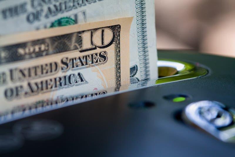 Geld in Ontvezelmachine stock afbeeldingen