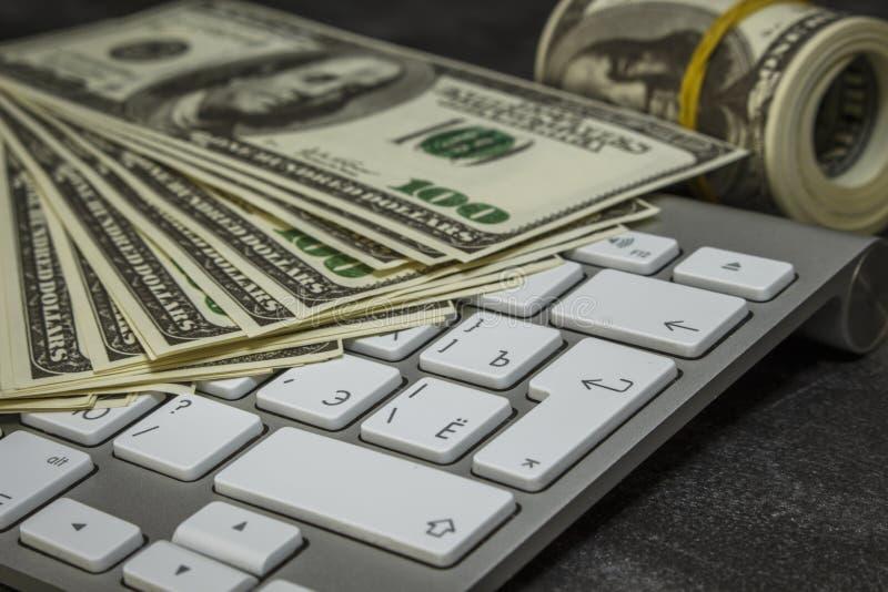 Geld op een computertoetsenbord royalty-vrije stock afbeeldingen