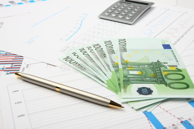 Geld op grafieken stock afbeelding