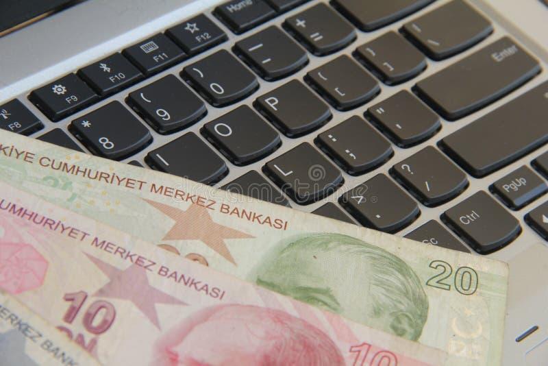 Geld op toetsenbord stock afbeelding