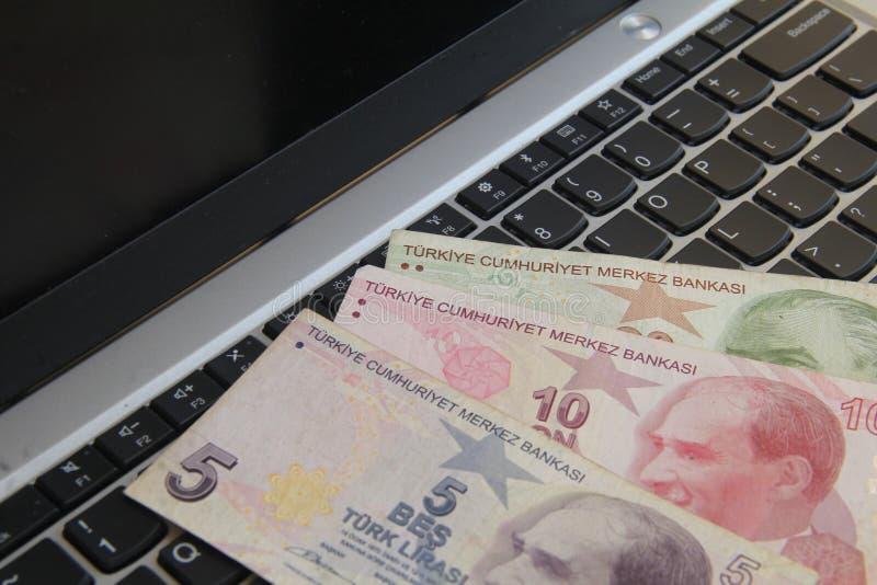 Geld op toetsenbord royalty-vrije stock afbeeldingen