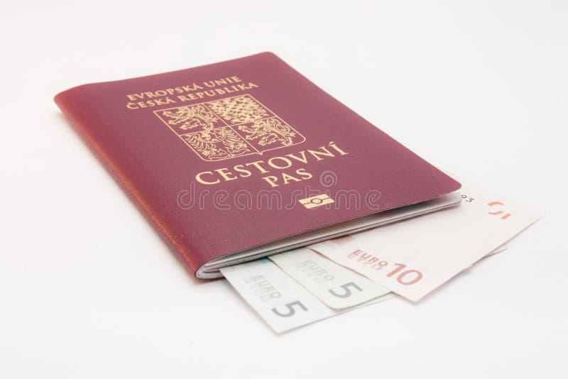 Geld in paspoort stock afbeeldingen