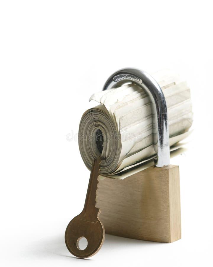 Geld rollte in ein Vorhängeschloß stockbilder