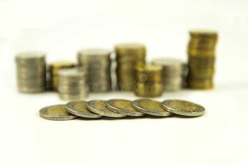 Geld, stapel muntstukken op witte achtergrond Het geldconcept van de besparing Groeiende zaken Vertrouwen in de toekomst stock foto