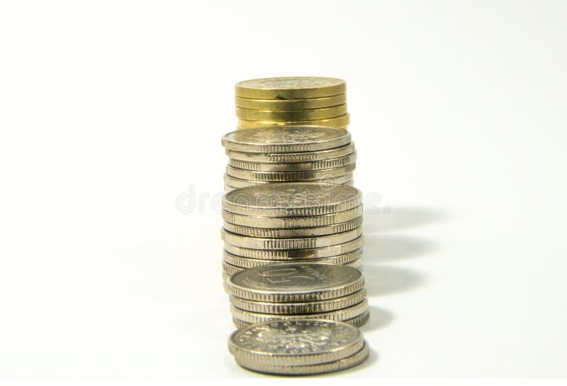 Geld, stapel muntstukken op witte achtergrond Het geldconcept van de besparing Groeiende zaken Vertrouwen in de toekomst royalty-vrije stock foto's