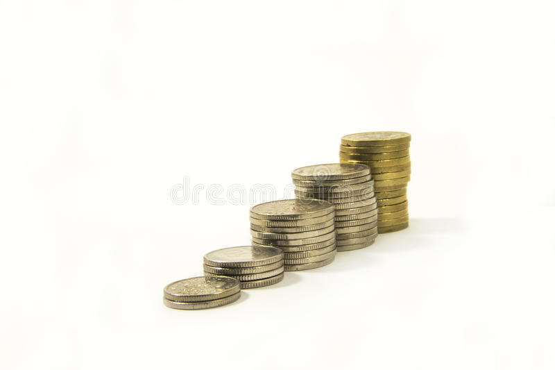 Geld Stapel muntstukken op witte achtergrond Het geldconcept van de besparing Groeiende zaken Vertrouwen in de toekomst royalty-vrije stock foto