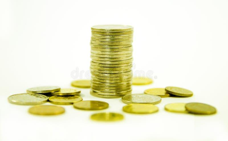Geld Stapel muntstukken op witte achtergrond Het geldconcept van de besparing Groeiende zaken Vertrouwen in de toekomst royalty-vrije stock afbeelding