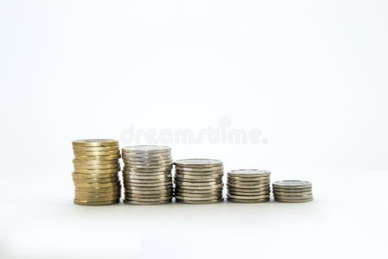 Geld, stapel muntstukken op witte achtergrond Het geldconcept van de besparing Vertrouwen in de toekomst Faillissement royalty-vrije stock foto