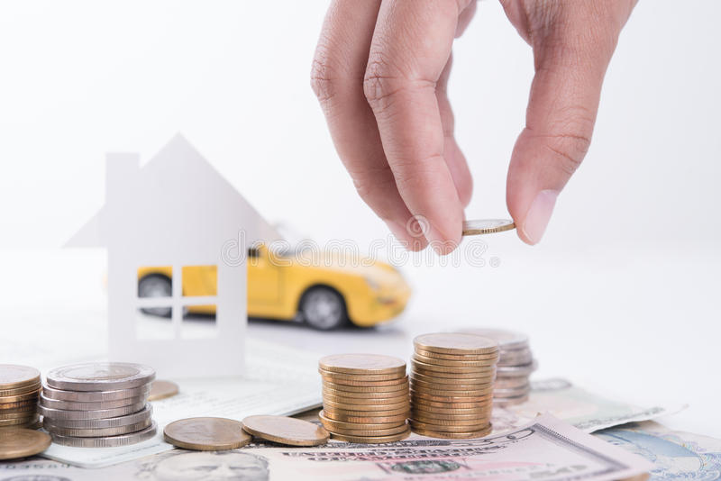 Geld, stapelmuntstuk met rekeningsboek en document huis, auto, familie stock foto
