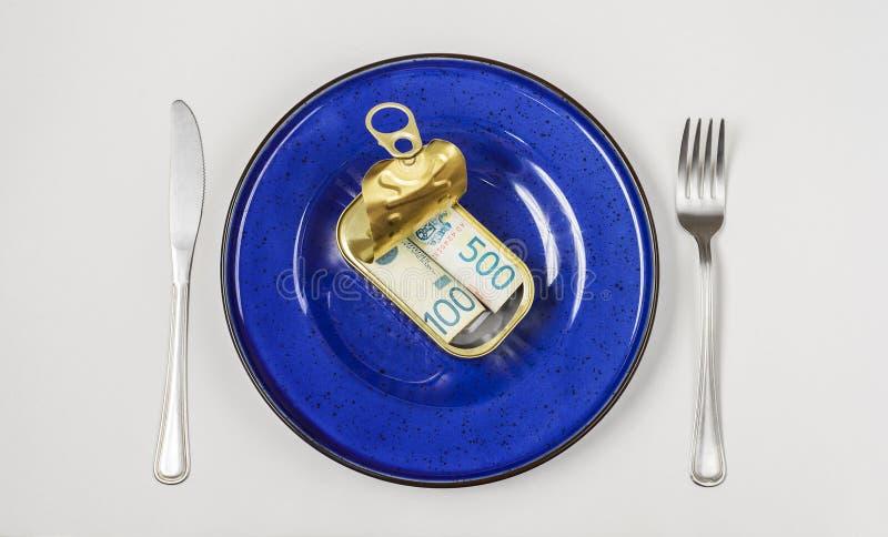 Geld in tinblik wordt gediend op witte achtergrond die royalty-vrije stock foto's