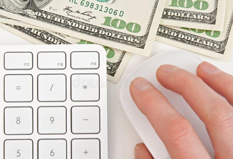Geld, toetsenbord en hand op computermuis stock foto's