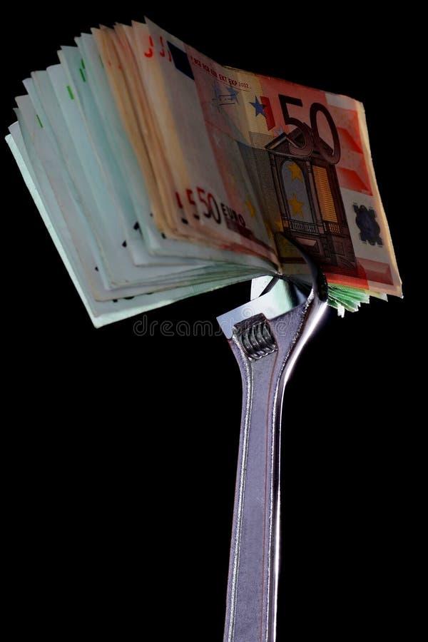 Geld und Fallhammerschlüssel stockbild