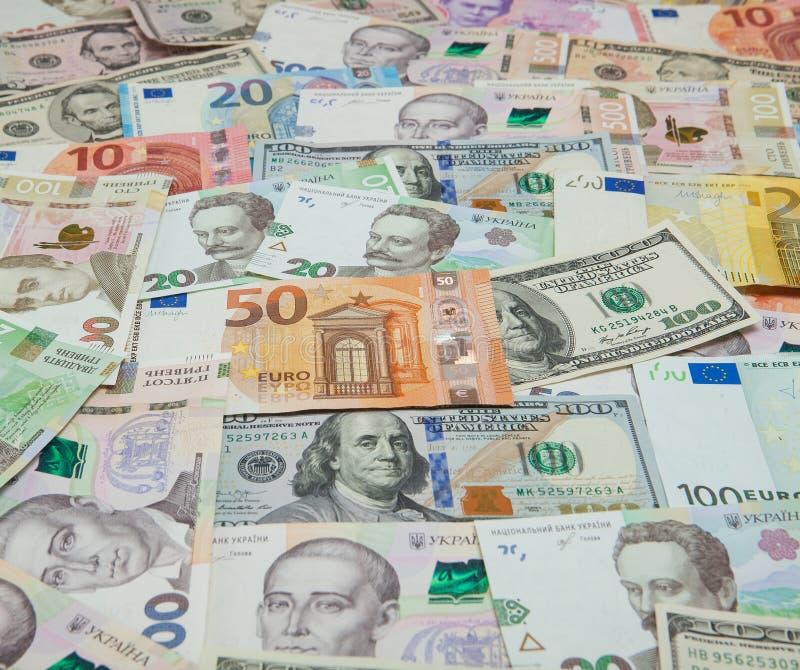 Geld und Finanzkonzept Hundert neue Rechnung des Dollars auf buntem abstraktem Hintergrund des ukrainischen, amerikanischen und E stockbilder