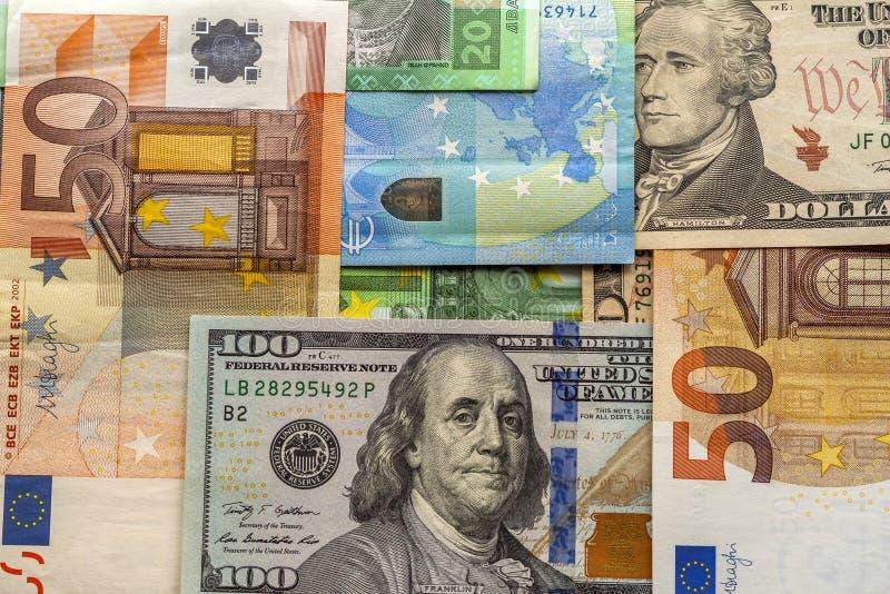 Geld und Finanzkonzept Hundert neue Rechnung des Dollars auf buntem abstraktem Hintergrund von Eurolandeswährungsbanknoten lizenzfreies stockbild