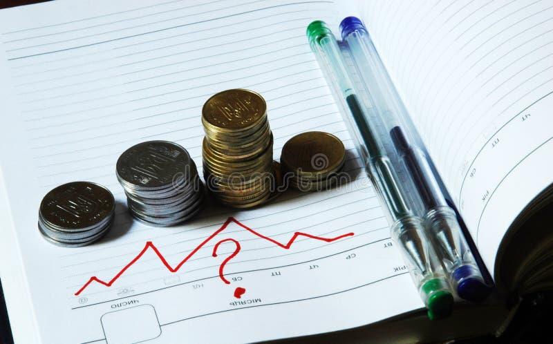 Geld und Fragen lizenzfreie stockbilder