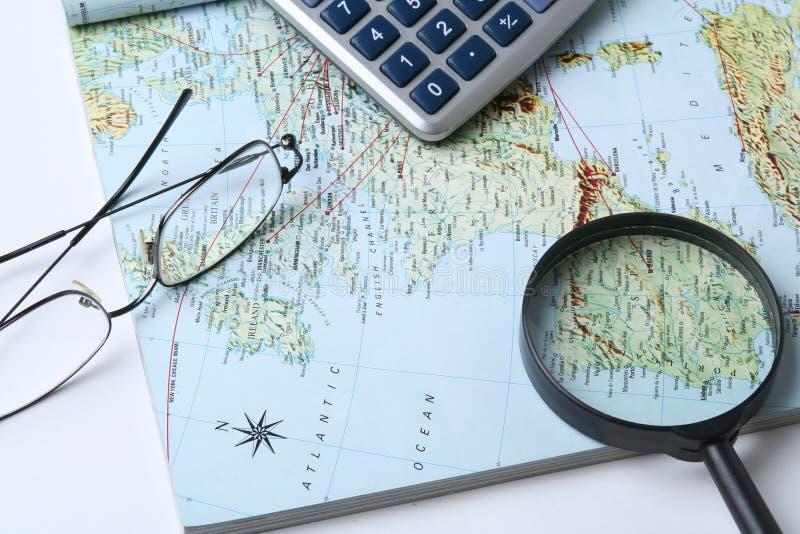 Geld und geographische Karte stockfotografie