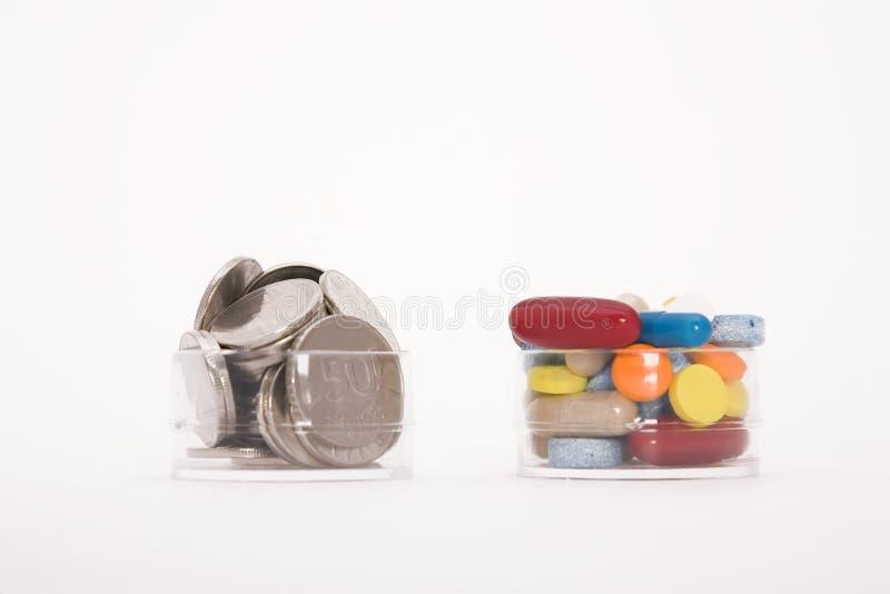 Geld und Pillen lizenzfreie stockfotografie