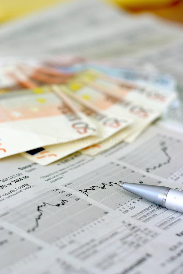 Geld und Zeitung stockfotografie
