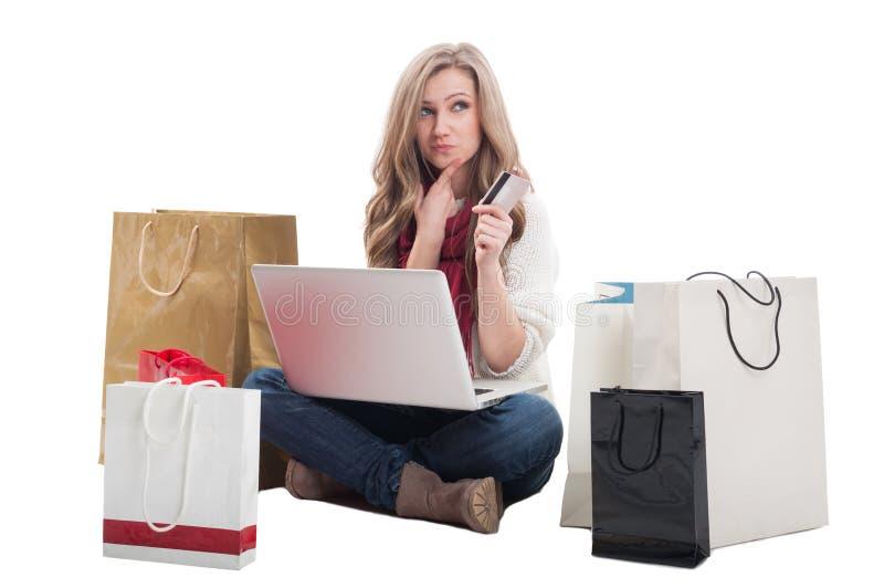Geld unter Verwendung des Kredites oder der Debitkarte online ausgeben lizenzfreie stockbilder