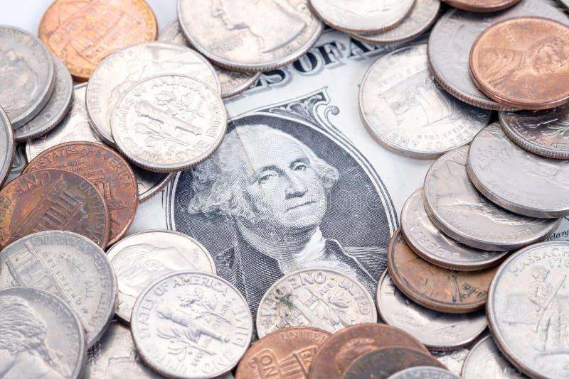 Geld, US-Dollars Banknoten, Penny, Nickel, Groschen, Viertel auf einem weißen Hintergrund stockfotos