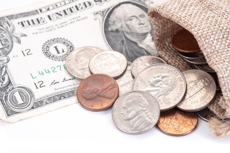 Geld, US-Dollars Banknoten, Penny, Nickel, Groschen, Viertel auf einem weißen Hintergrund lizenzfreie stockfotos