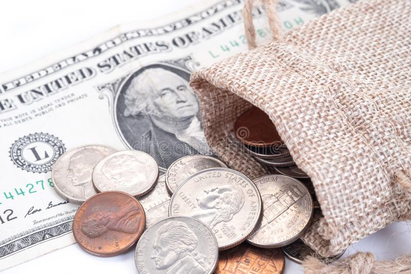 Geld, US-Dollars Banknoten, Penny, Nickel, Groschen, Viertel auf einem weißen Hintergrund lizenzfreies stockfoto