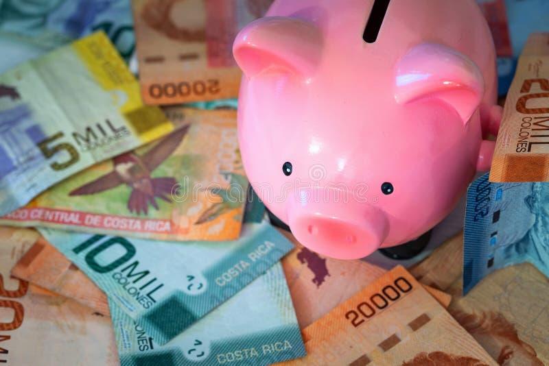 Geld van Costa Rica/Colones en spaarvarken, die concept bewaren